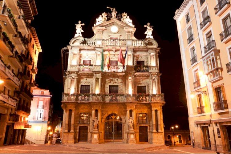 La fachada del Ayuntamiento de Pamplona se iluminará de naranja