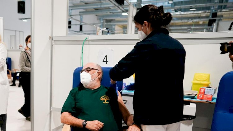 Los mayores de 70 comenzarán a recibir dosis de recuerdo a finales de octubre